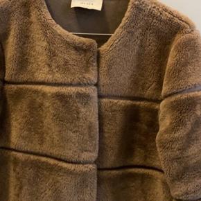 Vildt lækker jakke fra neo noir. Fejler absolut ingenting altså i rigtig god stand. Sælges billigt da jeg har købt en i sort. Nypris 1000kr