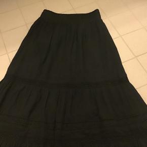 A'ID nederdel, super fin og helt ny, får den bare ikke brugt!  Sider fantastisk med elastik i taljen, er helt lang..