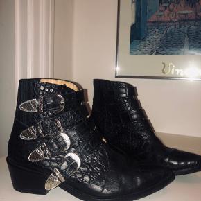 Sælger disse specielle Toga Pulla støvler i sort krokodille-look med spænder. Denne model kostede 3500 fra ny og kan ikke længere fåes ✨ De er brugt 5 gange.