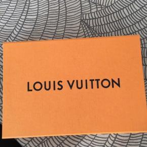 Jeg sælger mig røde Louis Vuitton tørklæde, da jeg ikke får det brugt. Jeg har haft det på 2 gange, så det er derfor helt som nyt.  Jeg har stadig kvittering, æske, osv.  Nyprisen: 3350kr Salgspris: ❌BYD❌ Jeg kan mødes eller sende 😊 Skriv pb for interesse.