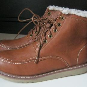 Helt nye foerede vinterstøvler fra Deefeter i str 40. I uægte skind, så også vandtætte. Købspris 599kr