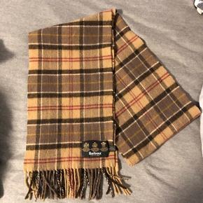 Flot tørklæde fra barbour i 100% uld. Fremstår i god stand