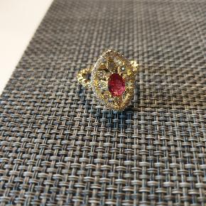 Smuk ting med stor sten og små sten. 3 stk til salg i str 7/medium Se flere smykker under min profil