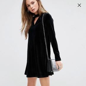 Super flot sort swing dress i velour med choker detalje købt fra ASOS