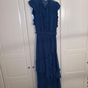 Munthe Adana kjole. Brugt i 4 timer til reception og fremstår derfor helt ubrugt. Der hører en silke underkjole med. Det er en str 34.  Nypris var ca 1.999 kr.  kan afhentes på Vesterbro eller sendes mod betaling.