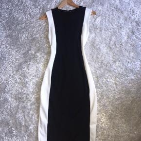 Hej  Jeg sælger den her flotte og classy kjole fra zara. Den er helt ny, aldrig brugt! 🌸🌸🌸