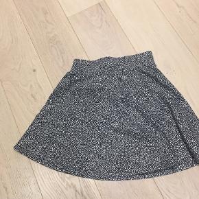 Prikket nederdel fra Object i str. XS. Ikke brugt særlig meget, så meget fin stand.