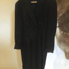Brand: All Wool British Made Varetype: Kjole og Hvidt  Farve: Sort Prisen angivet er inklusiv forsendelse.  Str 48/m .  Udvalg af skjorter som kan passe til.  Skjorte Bosweel str m/L  med knækflip. Samme med alm flip.  Lapidus skjorte, hvid str m H/M helt ny skjorte , hvid str m