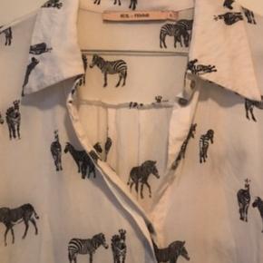 Smuk lang skjorte med zebra print. I viskose. Måler 77 cm i længden. Alm i str.  Sender senest dagen efter afsluttet handel 👍😊