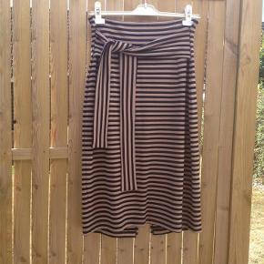 Varetype: nederdel Farve: se Prisen angivet er inklusiv forsendelse.  Super lækker nederdel,