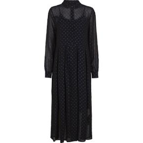 Så fin kjole fra Just Female. Let gennemsigtig sort viskose med fine blå prikker og med sort underkjole. Aldrig brugt og stadig med tag. I butikkerne nu til 1500 kr., mindstepris 1000 kr. :-)