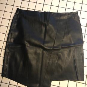Zara faux læder nederdel - med wrap effekt. Str large. Brugt få gange. Fremstår uden brugsspor.