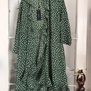 Populær slå-om-kjole fra Vero Moda Perfekt til sommer med brune ben eller en fin strik om aften 🌸 Aldrig brugt