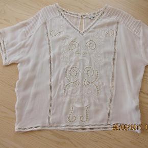 Varetype: bluse Farve: meget lys lyserød. Oprindelig købspris: 1400 kr.  Meget flot/smart transparent bluse med smukkeste hulmønster.  Brystvidde: 65x2cm og vidde nederst: 57x2cm - længde: 65cm.  Materiale: 100% viscose.  Bytter ikke!