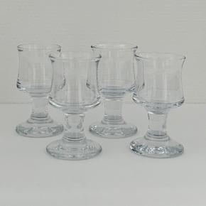 """Port/hedvinsglasset glasset """"Topgast"""" fra Holmegaard. Skibsglasset fra 1971 er en af Holmegaards mest genkendelige klassikere. Det håndrette glas med den svungne form er robust og populært til brug hver eneste dag – og måske særligt når vi dækker op til en favorit med det klassiske, danske frokostbord med lune retter og kolde øl og snaps. Her sælges 4 stk. Højde: 10 cm Diameter: 5,5 cm Volumen: 11 cl Kan gå i opvaskemaskine"""