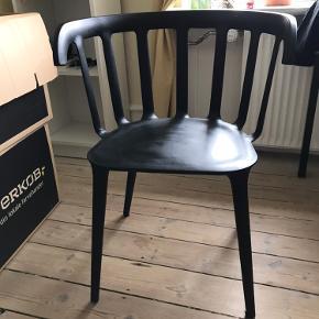 Sort Ikea stol. Der følges en sort rund siddepude med, hvis det ønskes.   Det sælges i forbindelse med flytning og skal senest hentes den 8/10. Det skal hentes ved søerne i København. Den skal hentes på 4. sal.