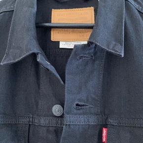 Levi's sort denimjakke i str. XL, men passer en str. L. Rigtig god stand.  Prisidé 350 kr - eller kom med et bud 😊