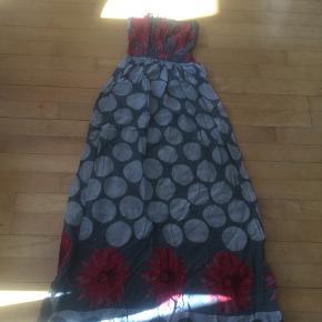 Lang kjole med smockoverdel