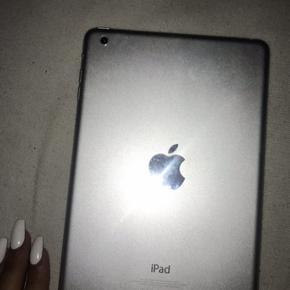 Sælger denne mini iPad, da jeg udlukkende ikke får den brugt. Fungere helt som den skal, uden problemer. Den er fra 16. Den er gået meget lidt i stykker i venstre hjørne.   BYD