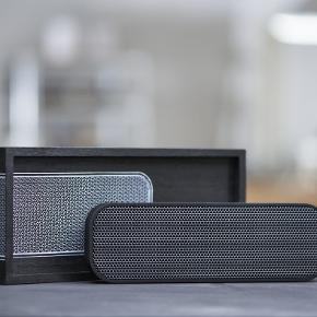 Cool sort aGROOVE er en trådløs højtaler, bluetooth fra Kreafunk. Højtaleren er en Bluetooth højtaler og kan nemt medbringes overalt da den er trådløs. Du forbinder på helt enkelt vis højtaleren med din smartphone, og så kan der afspilles musik.  Specifikationer:  -Bluetooth 3.0 og EDR standard stereo teknik -Strømforbrug: 300MA -Ladespænding: DC-5.0V - USB-kabel -Rækkevide 30 meter