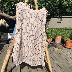 Rigtig fin top i 100%silke fra Custommade - beige - hen mod pudderfarvet med sort mønster. Køber betaler porto.