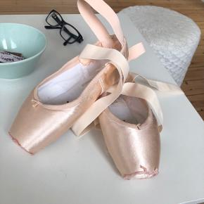 Tåspidsko fra Grishko model:Nova str.4 1/2 xxx og Shank M. Der er kun syet bånd og elastisk i. De er overhovedet ikke brugt. 😊 Nypris er:667kr  Den svarer til en str.37 i alm sko og XXX betyder den er medium bred i foden og M betyder medium shank