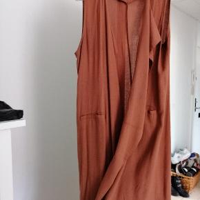 Sælger den cardigan uden ærmer til at have ud over enten kjole eller trøje til buks. Næsten ikke brugt! En enkelt gang - købt i udlandet. Byd