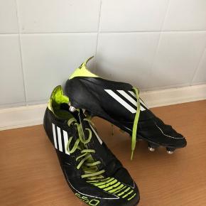 Sælger   Adidas F50 fodboldstøvler med jerndupper Str: 42 2/3 Stand god men brugt  Mp: 200,- Køb nu: 400,- Gav i tid over 2000 kroner for dem.   Gode at spille i når der regner eller når banen er blød
