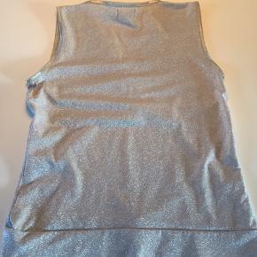 Elastisk sølv top m/skråsnit og bred rib forneden.