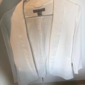Hvid blazer fra H&M, kun brugt 1 gang. Helt som ny.   Afhentes i Aalborg eller sendes mod betaling af porto