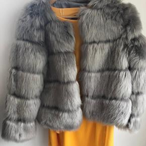 9398ef33 Overvejer at sælge min Challet fluffy faux coat fra little miss perfekt.  Den er aldrig
