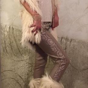 Buch stilen. Helt ny vest fake pels.    Leggings med shine.  150 kr. str s-l.  Bukser med blonde str s-l. 150 kr. Bluse med høj hals str s. 75 kr.