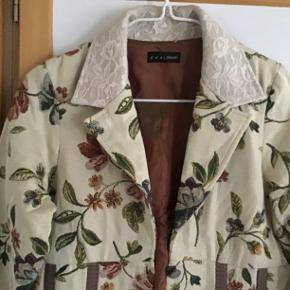 Smuk, rigtig fin og lækker cardigan - jakke. Måler fra ærmegab til ærmegab 45 cm. Længden 55 cm. Gennemforet.