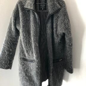 Uldfrakke fra Sisters Point, brugt 1 sæson. Dejlig varm ☀️☀️  Nypris 800 kr