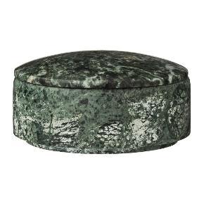 Butiks Vejl pris 419  Eksklusiv marmor krukke med låg designet i farven grøn. Denne krukke måler H4xØ10,5 cm. Brug denne Marble krukke til trendy opbevaring eller måske som et flot designobjekt i din indretning for et mere karakteristisk og personligt udtryk.