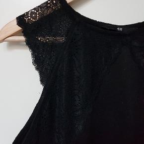 Little black dress. Sort tætsiddende kjole med blondedetaljer 👌💃 Har været min yndlingskjole længe.