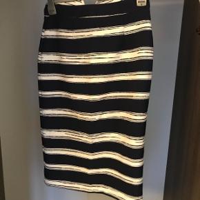 Nederdel i hvid og mørkeblå fra ZARA. Brugt 1 gang.