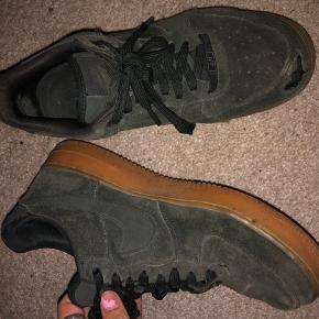 Skoen sælges billigt, da der er hul på snuden. Jeg tror dog godt det kan syes, og derudover fejler skoen intet. BYD