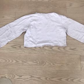 Sælger den her virkelig søde bluse af en slags. Den er Rosa, har trompet ærmer og så er den lidt cropped💖  Der er ingen brugstegn ud over at man kan mærke lidt på stoffet at den er blevet vasket💖  Købet betaler fragt (det er muligt at afhente)💖