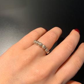 Sælger denne fine og robuste sølvring, da jeg desværre ikke får den brugt tilstrækkeligt.   Ringen måler ca en størrelse 54 😊  MP 600 kr