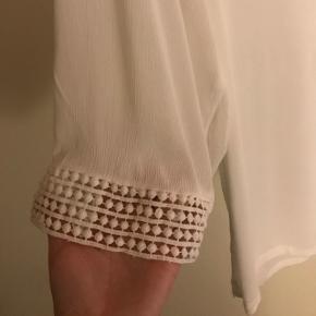 BYD Aldrig brugt Nypris 250 kr  Hvid bluse, ærmer med vide og detaljer ved ærme