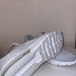 Lysegrå Nike Air Max. Aldrig brugt men købt i USA så kvittering haves ikke længere.