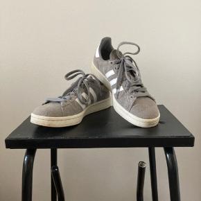 Fine Adidas Originals Campus sneakers i grå. Brugt et par gange, i god stand.   Tjek også mine andre annoncer ☀️ Jeg sælger også tøj fra Acne Studios, COS, Sibin Linnebjerg og vintage.
