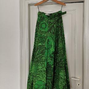 Retro hellang nederdel i kraftigt materiale. Står størrelse 40 i nederdelen, men vil tro den er mindre i størrelsen.  Livvidden er 76 cm Længden er 110