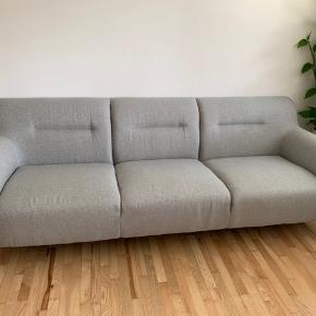 Velholdt 3 personers sofa med træben. 2 år gammel men uden pletter og slid. Afhentes i Søften nord for Århus. Højde 78, længde 225, dybde 88, sædehøjde 43, sædedybde 60, højde armlæn 63.