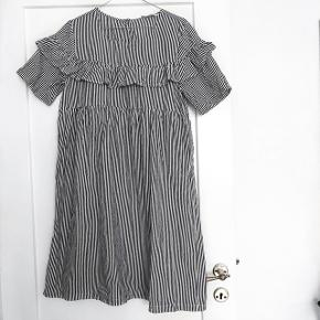 Only kjole virkelig sød kjole i grå og hvid stribet   størrelse:38   pris: 100 kr   fragt: 37 kr   den har lidt make-up på kanten som ses på billede 2 det kan godt gå væk i vask den er gået med 2 gange