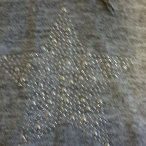 Sælger dette lækre hyggesæt, da det er blevet for stort, det er en str 42/44 Bukserne er lange, med lommer og trøjen er med hætte og en lomme foran