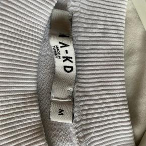 Hvid nakd sweatshirt i hvid str. m Fejler intet og er kun brugt få gange. Lidt lille i størrelsen