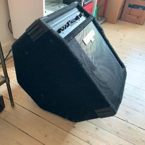 Behringer ultrabass BXL900A basse Amp, sælges..     Brugt, men i fin stand, og virker perfekt..     Fra nettet :    Med 90 Watts udgangseffekt hest, vil din præstation aldrig kørt ud af åndedrag. Og det er fuldt lastet: en ren og én forvrængning kanal med fuld kontrol, en 7-bandet EQ med en revolutionerende se-hvad-du-Play FBQ hyppighed indikator, der umiddelbart viser du hvilken bas frekvens svarer med hvilken fader på din EQ at tillade du instant lyde udformningen og en switchable Ultrabass subharmonics processor er blot nogle af højdepunkterne funktion. En musikalsk momentbegrænseren garanterer spiller uden forvrængning på den rene kanal selv på højeste volumen niveauer. Når du har brug at holde din musik lige til dig selv, kan du bruge separate hovedtelefon output.     SE OGSÅ ALLE MINE ANDRE ANNONCER.. :D