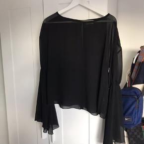 Mesh bluse fra weekday. Brugt få gange. Sælges da jeg ikke får den brugt. Byd 🌸🌸